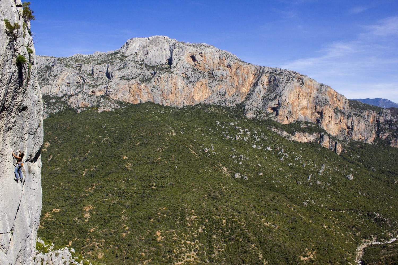 Nacho escalando en la increíble roca caliza de Caiat.