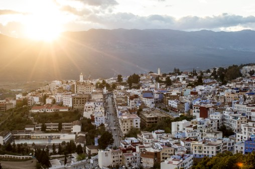 Chefchaouen, una ciudad rodeada por las montañas del Riff en Marruecos, es un hermoso lugar cuya Medina es un punto de encuentro de comerciantes, turistas, curiosos y gente local que intenta continuar con su vida normal en medio del aparente caos.