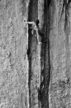 Zibi escalando las choreras de la vía Arcadia en el Bovedon (Gandia).