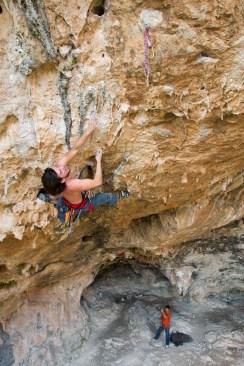 Volo climbing an overhang route in Bovedos (Gandia).