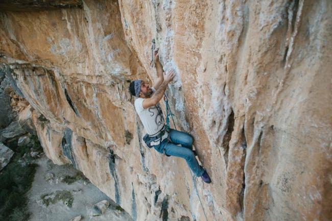 Pablo climbing Desplomababa (7a+) in sector Tío José (Chulilla).