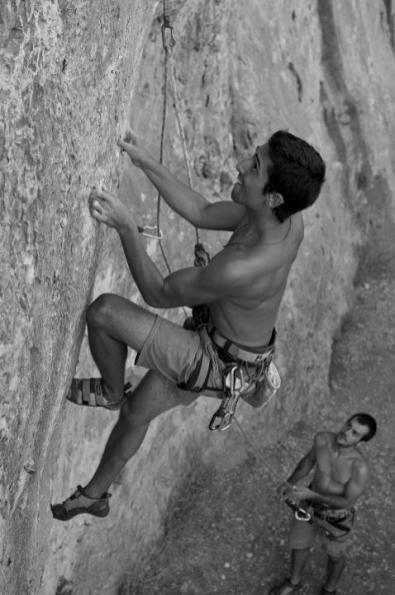 Nacho escalando la vía Puré de pascueros (7b) en Cova Petxina (Bellus).