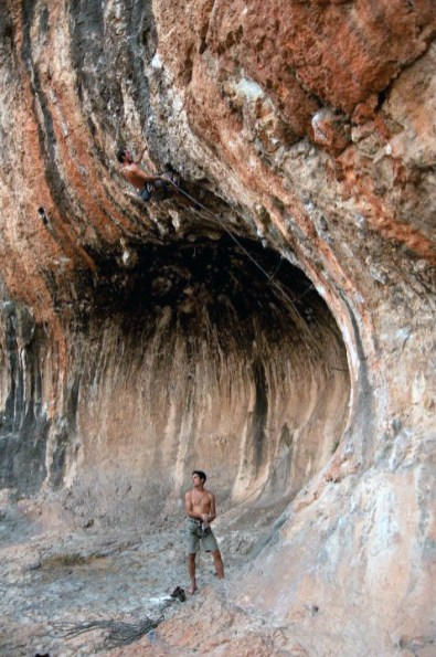 Pablo escalando la vía Anaconda (7b+) en Cova petxina (Bellus).
