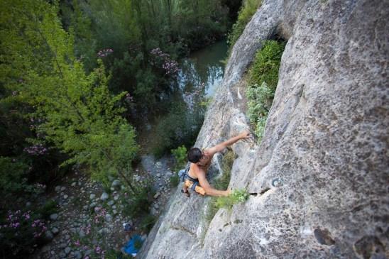 Borja escalando en el sector Iniciación en Montanejos.