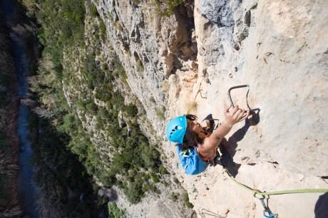 Sabrina escalando la vía cordata Peppoli e Pepino (80m, K5) en Chulilla.