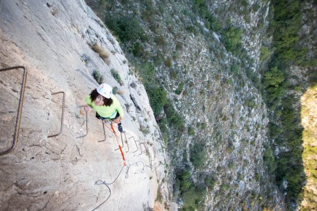 Sabrina escalando la vía ferrata de Les Marujes (120m, K3).
