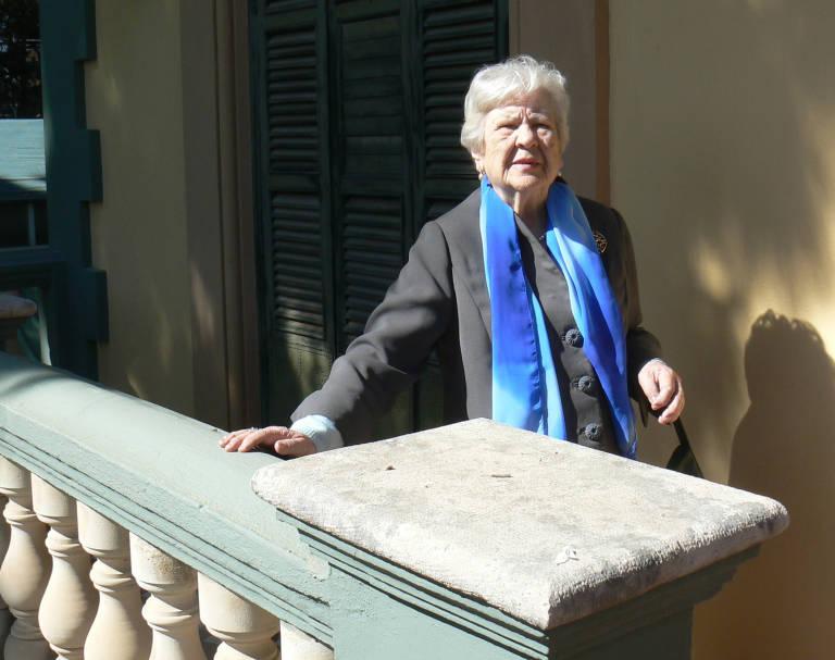 Leonor Machado en su visita a Rocafort en marzo de 2009 en el balcón de Villa Amparo en el que fue retratado su tío (Foto: TOMÁS GORRIA)