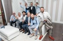 foto di gruppo sposo e amici