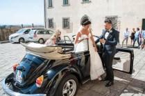 sposo che aiuta la sposa a scendere di macchina