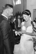 sposa che inserisce l'anello