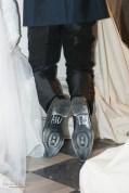 scarpe sposo con scritto aiuto