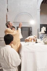 prete e l'eucarestia