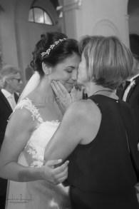 bacio tenero fra madre e sposa