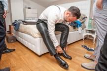 sposo che si allaccia le scarpe
