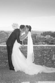 bacio appassionato fra sposi