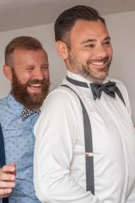 sposo e amico che ridono