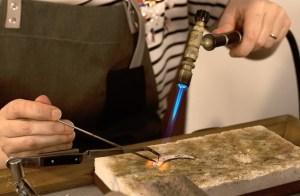 ¿Que es la joyería artesanal? Valentina Falchi en su taller de joyas en Barcelona