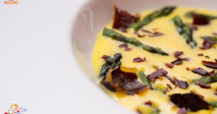 Zabaione al parmigiano asparagi e speck croccante