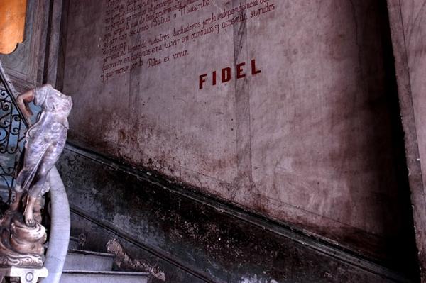 Fidel décapite les Statues de Marbre, tague son nom et ses lois sur les vestiges luxueux du passé