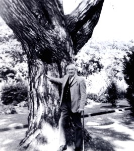 tolkien_ultima_foto_conhecida--JRR Tolkien at the Botanical Gardens in Oxford