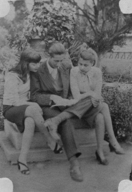 El escritor, periodista y difusor cultural Sebastián Salazar Bondy flanqueado por las hermanas Nelly (izq.) y Blanca Varela (der.) en el Parque de la Reserva en Lima, Perú C. 1947 Cortesía: Archivo Blanca Varela