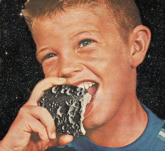 """""""Eating the Moon"""". Collage por Miranda Guerrero"""