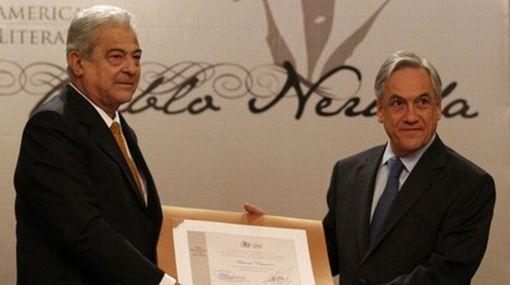 Cisneros recibiendo el Premio Pablo Neruda de Chile.