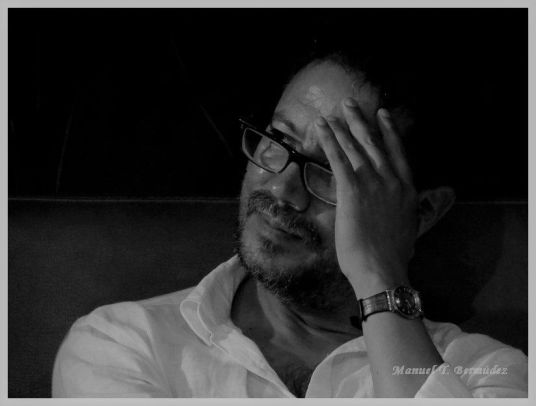 El poeta Edwin Madrid en Cali - Colombia. Crédito de la foto Manuel Bermúdez.