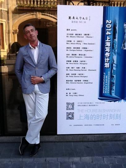 El poeta Enrique Solinas en China.