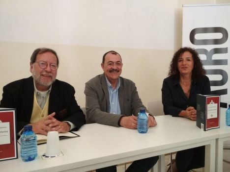 """Presentación del poemario """"Luna de oriente"""" por (izq. a der.) Antonio Enrique, Juan Antonio Santano y moderadora"""
