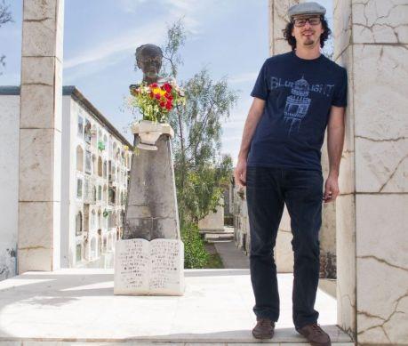 Mario Pera en la romería en homenaje al poeta Alberto Hidalgo en el cementerio La Apacheta. 101 años de la vanguardia poética peruana. Arequipa, 2018 Crédito de la foto Katherine Medina.