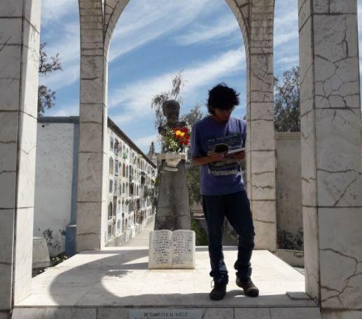 El poeta Moisés Jiménez leyendo en la romería en homenaje al poeta Alberto Hidalgo en el cementerio La Apacheta. 101 años de la vanguardia poética peruana. Arequipa, 2018 Crédito de la foto Mario Pera.