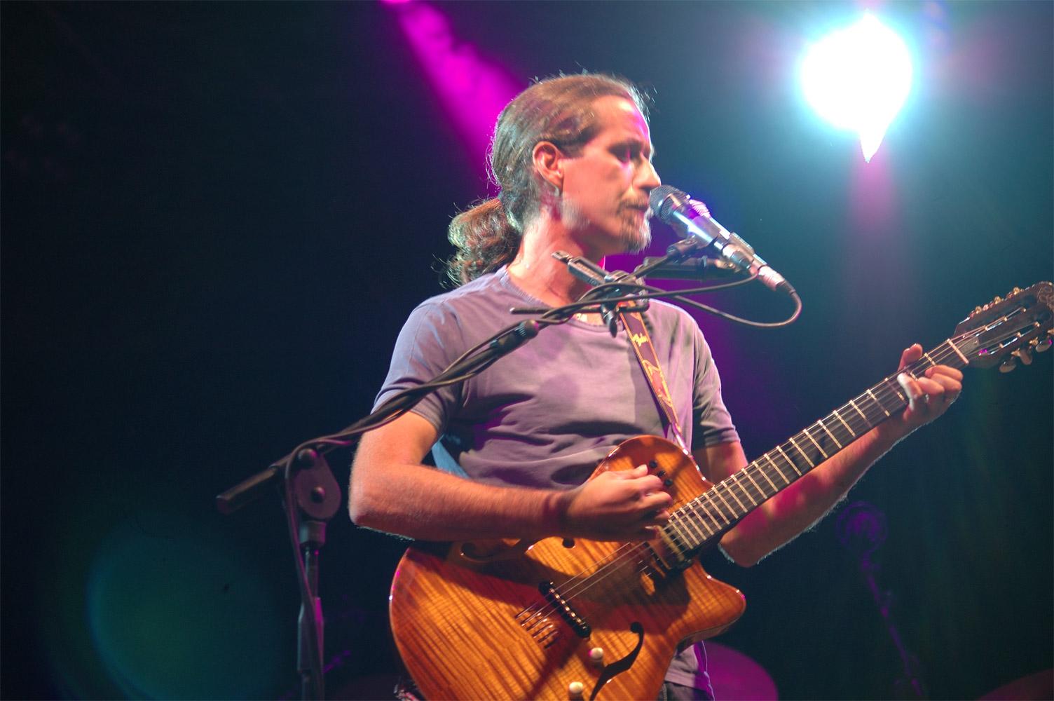 Foto colori del cantautore Daniele Silvestri in concerto