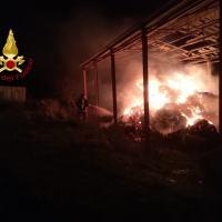Incendio a Preci, fiamme nella notte in un capannone, in zona Casali Montebufo