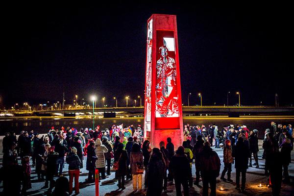 Särkynyt lyhty paljastettiin Torniossa 23.11.2013.