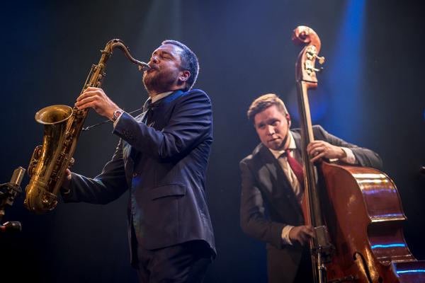 Timo Lassy avasi Tampere Jazz Happeningin perjantain  vahvalla svengillä. Kuvassa Timo Lassy ja Antti Lötjönen