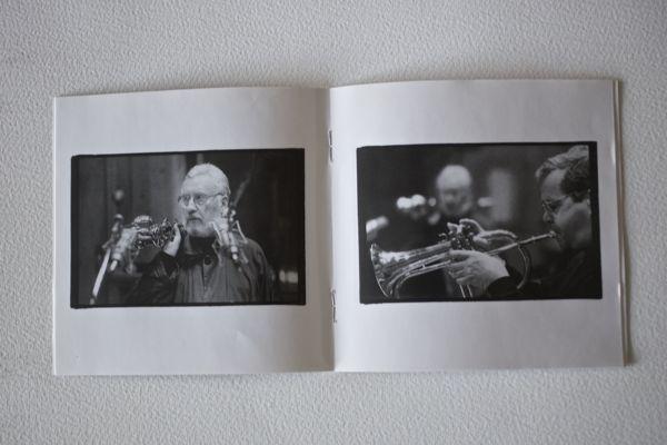 Lee Konitz ja Kenny Wheeler kansilehtisen kuvissa. Kuvat : Patrick W. Hinely.
