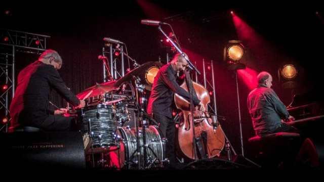 The Necks: Chris Abrahams, piano, Tony Buck, rummut, Lloyd Swanton, basso