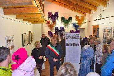 Il sindaco Lorenzo Colomb con i volontari che quotidianamente si prendono cura del Museo Casa delle Lapidi