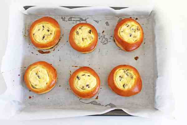 Sweet Buns with Farmers Cheese and Raisins