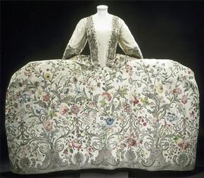 Mantua or court dress, 1740-45, Museum no. T.260-1969