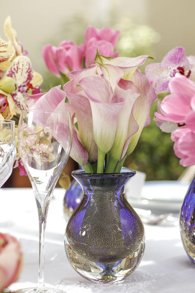 arranjos florais em vasos de cristal