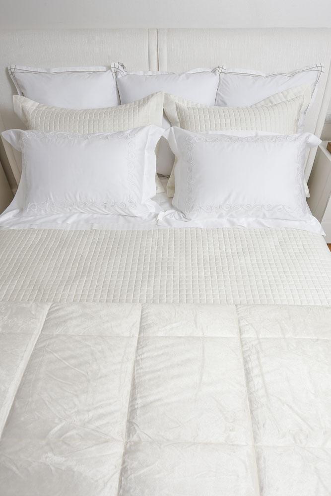 roupa de cama com tons claros valencien