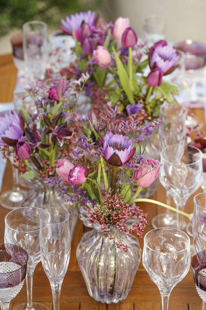 mesa decorada em tons de azul e roxo