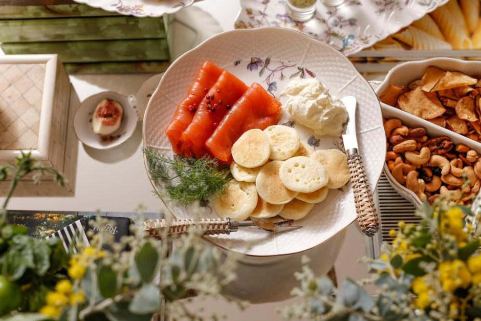 blinis com salmão defumado