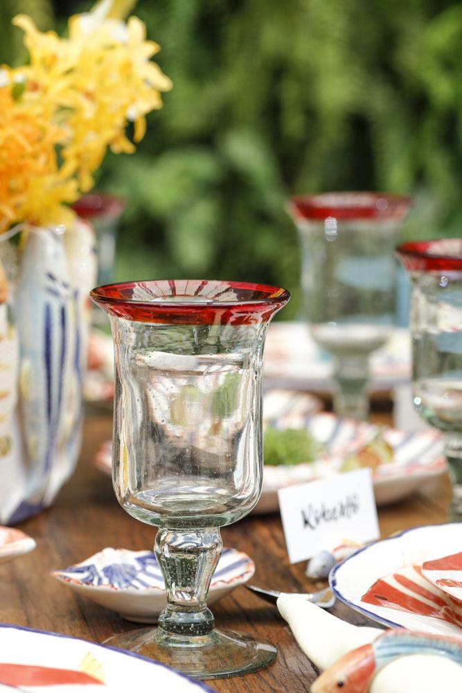 copos de vidro com detalhe vermelho