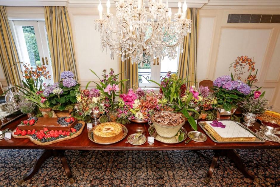 mesa de festa de aniversario com flores