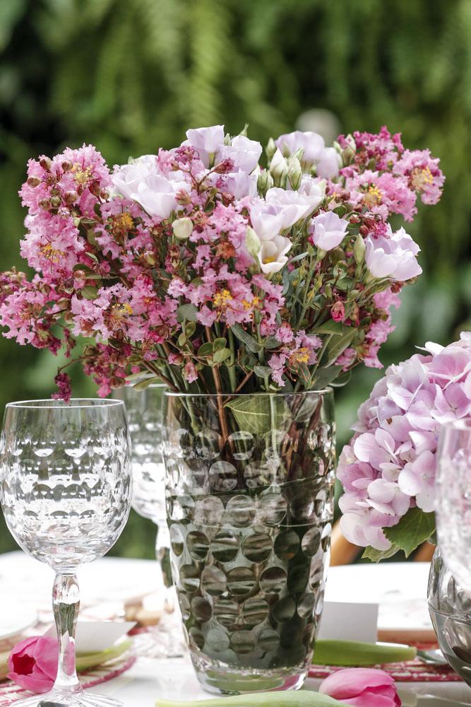 arranjo de flores delicado com flores em tons de rosa em vaso de cristal tania bulhões