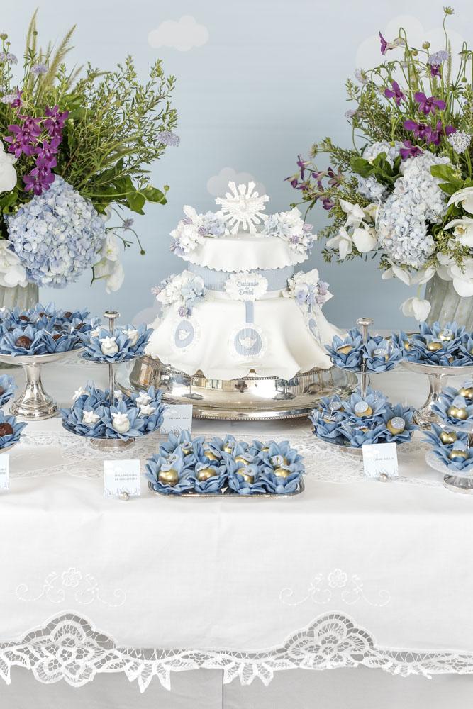 mesa de coces para batizado em azul e branco