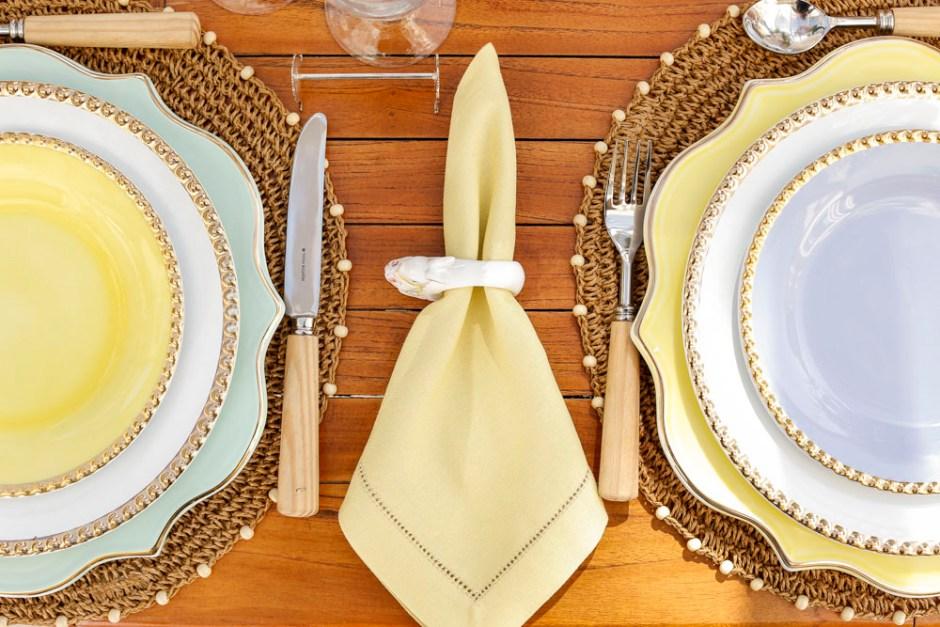 mesa posta com cores delicadas